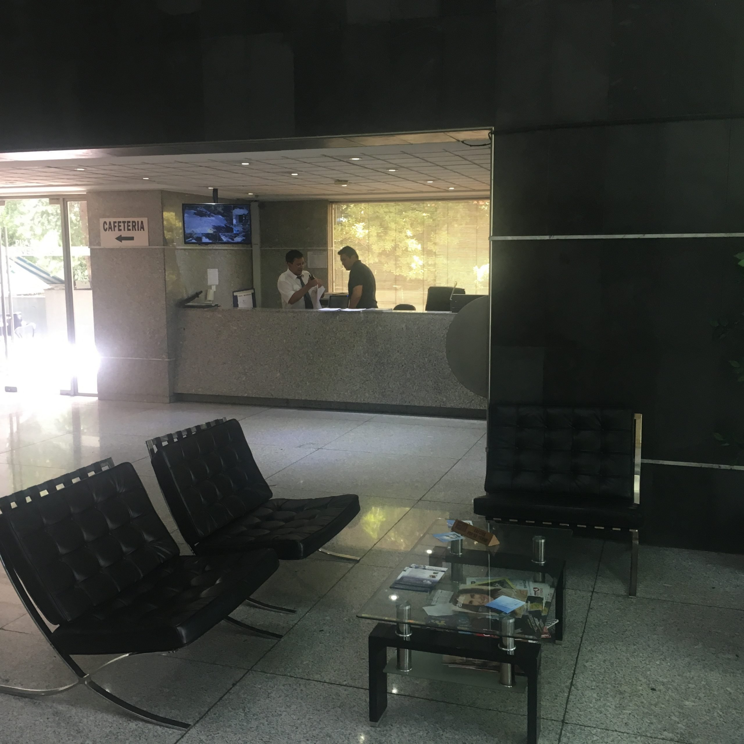 VENDE OFICINA , METRO ESCUELA MILITAR CALLE EL TROVADOR 5TO PISO